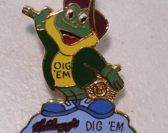 Vintage Michigan Jaycees Auxiliary Kellogg's Dig 'Em Frog Gold Tone Enamel Lapel Pin, Cereal 1980