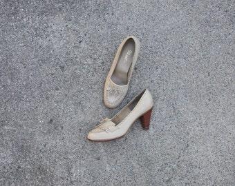70s oatmeal high heel loafers / 1970s kiltie fringe pumps / vintage stacked heel shoes 8