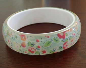 Vintage Wallpaper Bracelet - Beautiful Condition - Smooth Surfaces - Nice Weight - Romantic Floral Wallpaper Under Resin or Lucite