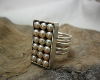 Oblong ring in sterling silver with pink pearls