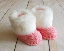 Pink Baby girl booties with white fur trim - Pink baby shoes - Faux Fur Baby girl Boots - Crochet newborn booties - Infant boots