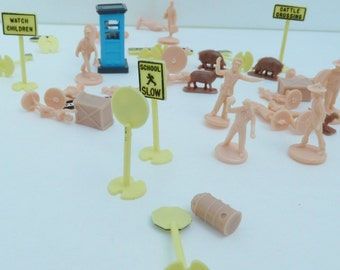 Reduced lot vintage toy plasticville signs ,figures,animals