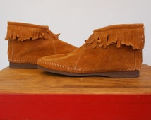 Vintage 70s Minnetonka Moccasins w/ Fringe. Warm Brown Suede Flats bohemian hippie shoes. Native american zipper ankle boots. Women 6 36 37