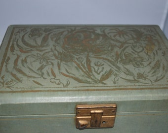 Vintage / green / jewelry box / gold design / latch / gold / velvet / velvet interior / silk lining lid / green jewelry box / vintage box