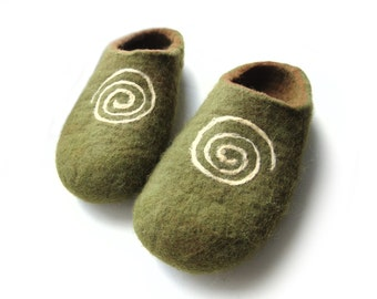 Felted slippers- moss green slippers- spiral ornament- unisex adult shoes-wool felt clogs