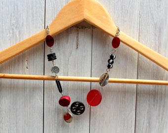Short necklace - Tribal ethnic - red and black -.