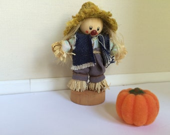 1:12th Miniature Scarecrow and pumpkin