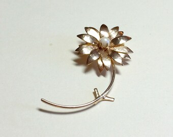 Cheery vintage daisy pin, daisy brooch with faux pearl center, flower pin, flower brooch, gold flower pin, gold flower brooch, 1960s 1970s