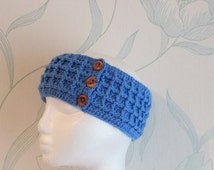 Crochet waffle pattern headband in sky blue, with wooden buttons ~ gift to send by mail ~ boho gift for her ~ mum sister wife girlfriend