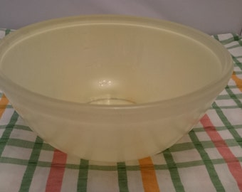 Pyrex Colourware Pastel Yellow 3 Pint Mixing Bowl with Measuring Gauge,  1950's