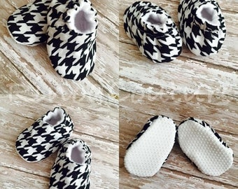 Houndstooth soft soled crib shoes