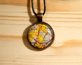 Handmade necklace with cabochon-detail of a map of New York