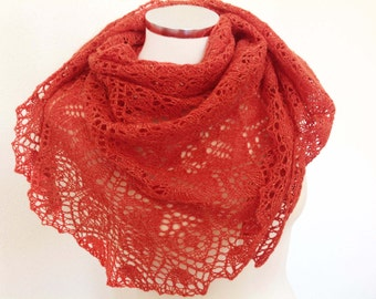 Triangular lace shawl, slightly rustic appearancel. Shawl wool / silk of look rustic.