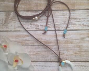 Collar media luna. Suede necklace. Brown crescent moon necklace.