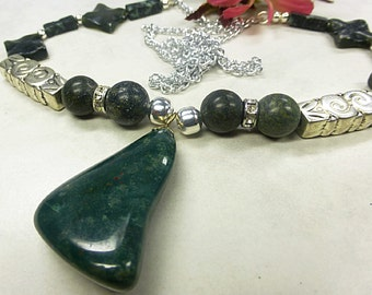 Long gemstone necklace with agate pendant
