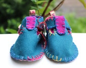 personalized baby booties,  baby felt shoes, girls Shoes, newborn shoes, soft sole, sabric baby shoes