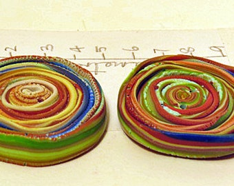 Spiral earth-coloured buttons