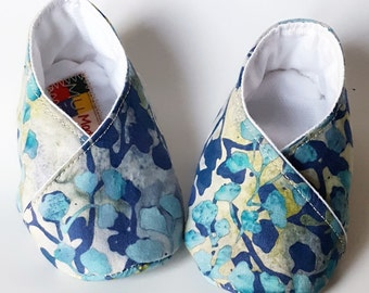 Baby shoes kimono Fantasy in shades of blue powder