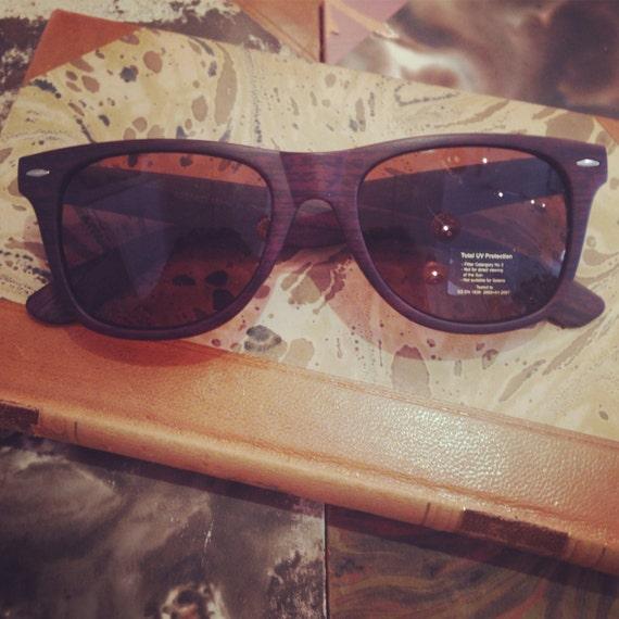 Retro sunglasses: Wayfarer model with brown wood print.