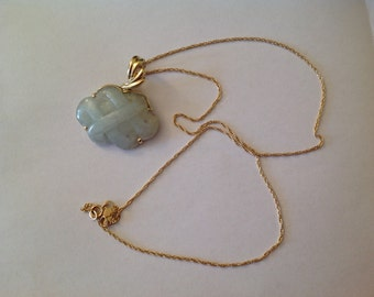 Yellow Gold Pendant with natural jade in wavy pattern including fine 14 k gold necklace