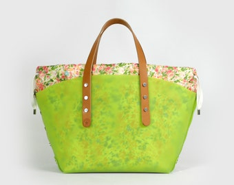 Green boat bag with bag in floral design