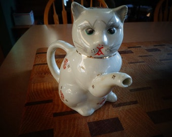 Sweet Vintage Porcelain Kitty Tea Pot  Anyone who loves Cats will LOVE this teapot.