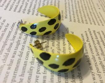 Vintage 80's earring yellow black new wave hoops metal earrings