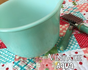 Vintage Glas Bake AQUA Mixing Bowl with Spout - Beautiful Color and excellent Condition