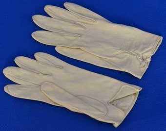 Caresskin by Superb Leather Vintage Gloves in Ivory with Decorative Bow Embellishment - Size 6.5 - Day or Wrist Length Gloves