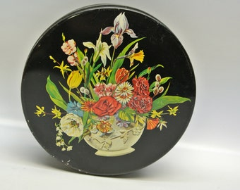 Moody round tin with floral bouquet