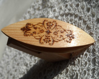 Beautiful handmade woden tatting shuttle with engraved motif 2.5""