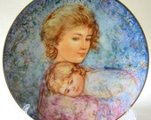Collector Plate Mother Child Abby and Lisa Signed Edna Hibel Children 1984  Porcelain Edwin Knowles DDB7