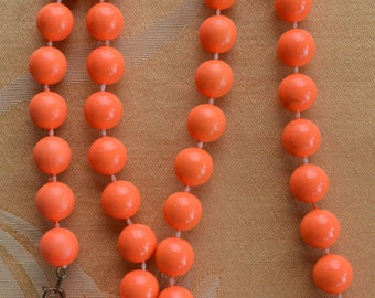"Pretty Vintage Bright Orange 12mm Plastic Beaded Necklace, 28"" (U14)"