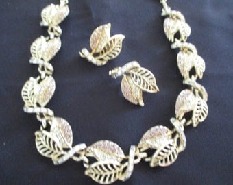 Vintage costume jewelry  /  necklace and clip on earrings