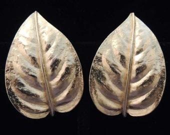 Vintage TRIFARI Gold Earrings / Trifari Leaf Earrings / Trifari Earrings / Trifari Wedding Earrings / Trifari Clip Earrings