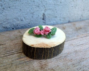 Romantic floral brooch in cornstarch clay with roses. Tiny pin with pink flowers and green leaves for retro outfits