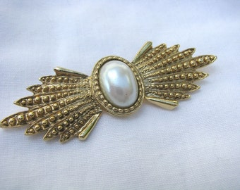 Unusual gold tone brooch pin with faux pearl center