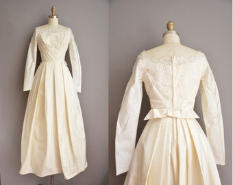 Vintage 50s winter wedding dress. Ivory lace, full length, long sleeve, traditional 1950s vintage wedding dress. Bridal gown with bow detail