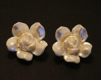 Vintage plastic flower earrings. Ivory rose earrings.  Clip on earrings