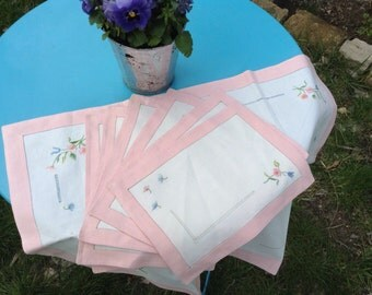 Antique French VTG 1900s 6x table napkins and table runner with embroidered and cut out details pink white linen