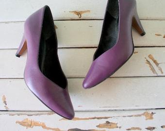 1980s MOD GIRL Heels..size 5 women..designer heels. purple heels. shoes. pumps. 1980s. classic. life stride. mod. retro. ladies. stiletto