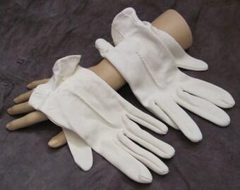 Beautiful Ladies Vintage White Soft Wrist Gloves (17A)