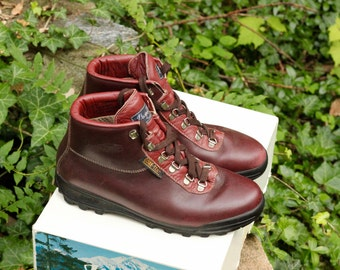Vintage Vasque Sundowner Hiking Boots- Made in Italy- Stamped a size 9 1/2 Womens M, beautiful condition