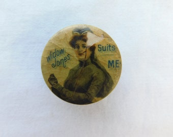 Early 1900's Clothing Department Store Advertising Button Widow Jones Suits Me DR7