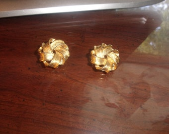 vintage clip earrings goldtone ribbon swirl