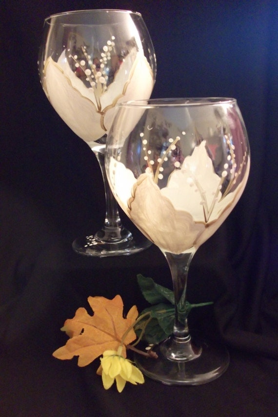 Large wine glass with elegant petals of white and gold for Large white wine glasses