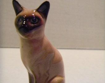 Vintage Hagen Renaker miniature seated Siamese cat figurine...round eyed..style 2
