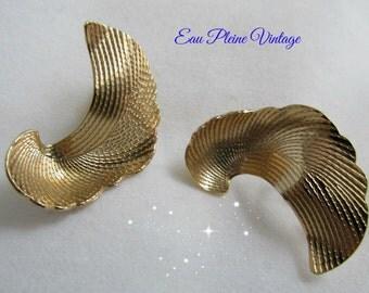 Avon Goldtone Perlite Swirl Imprint Leaf Shaped Modernistic Clip Earrings
