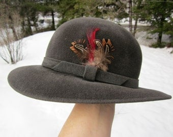 Grey vintage woman genuine VELOUR HAT w. FEATHER stamped: Launcelut