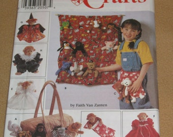 """Uncut Pattern - Simplicity 7695 - Tote Organizer, Apron, Sleeping Bag n clothes for 9"""" Bean Bag Animals"""